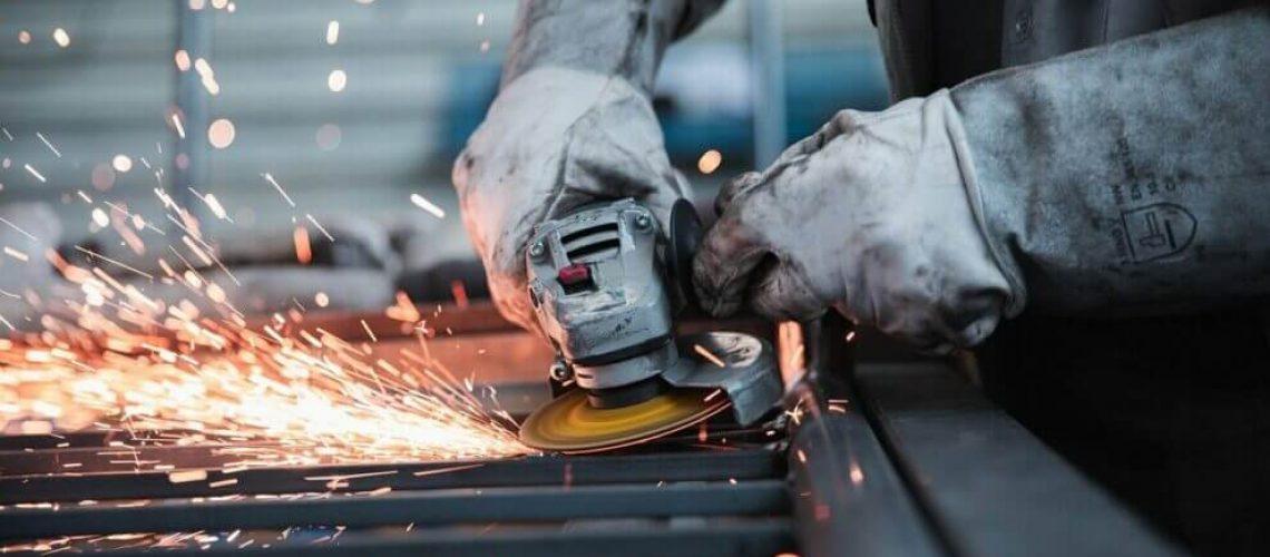 V české ekonomice dál panuje negativní nálada, začala se šířit i v průmyslu